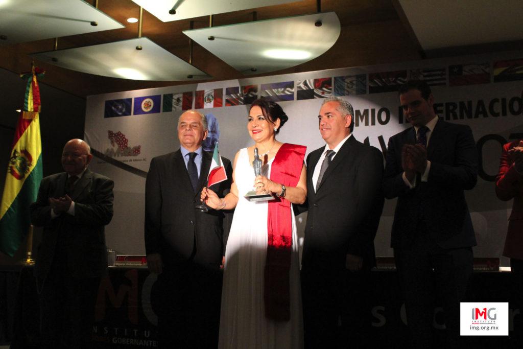 María del Refugio Ruíz Moreno sosteniendo su estatuilla 'Premio Internacional Maya'